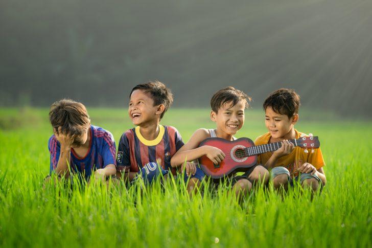 ギターを弾く子供